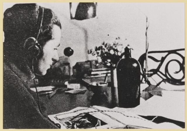 077428 - Tweede wereldoorlog 1940-1945 Herkomst: 863, collectie gemeente Oisterwijk Luisteren naar Radio Oranje.