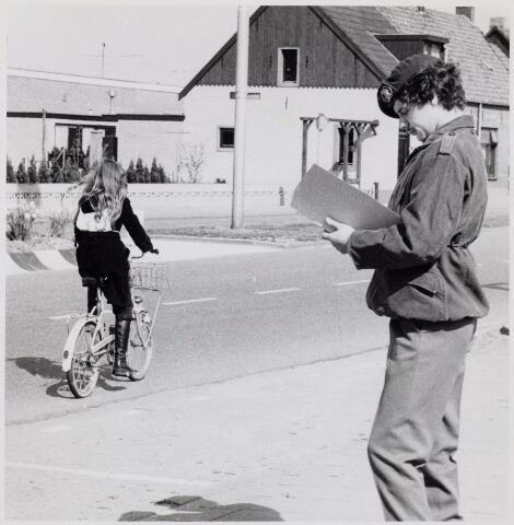 104305 - Verkeersexamen.Onderwijs. Militairen assisteren bij het verkeersexamen van de schooljeugd