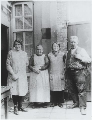 056245 - Van links naar rechts Net van Gorp, Adriana Maria Huijbregts geboren te Goirle op 26 juli 1872 aldaar overleden op 13 oktober 1962, Tonia van Gorp en Josephus Cornelis van Gorp geboren te Goirle op 7 februari 1874 aldaar overleden op 27 augustus 1938.