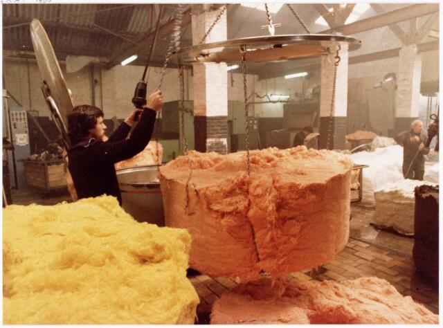 038136 - Textielindustrie. Interieur van de Firma Wolkat, lompengroothandel.