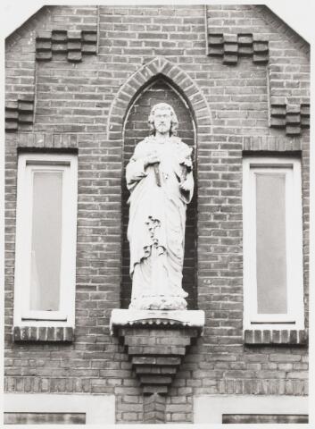 067930 - Beeld van St. JOZEF in de gevel van Hoefstraat 173, een voormalige school.  Trefwoorden: Kerkelijke kunst, openbare ruimte.