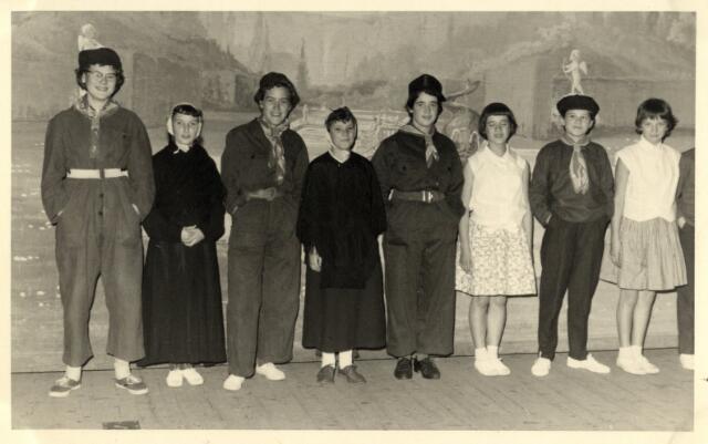 """603286 - Boerenbond Oisterwijk, jaren '50/60. Groepsfoto van 8 jongelui. """"De Kunstkring"""" De boerendans."""