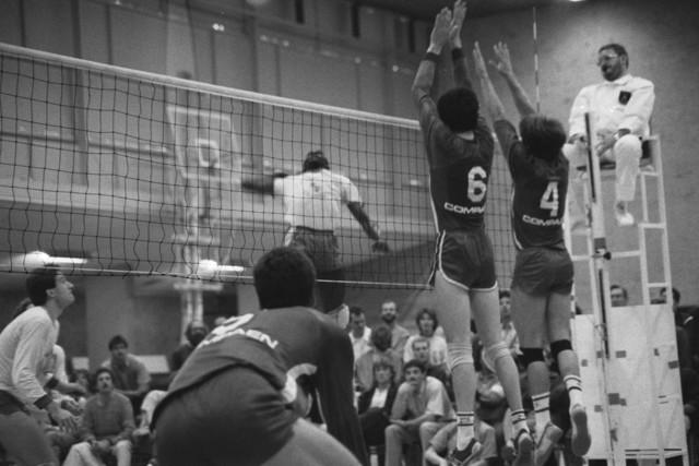 TLB023002512_006 - Een volleybal wedstrijd