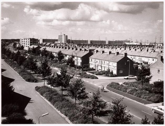 034307 - Huizen en flatgebouwen bij/aan de Wandelboslaan. Op de foto ziet U zowel de secundaire weg als de hoofdweg van de Wandelboslaan. Het flatgebouw links op de foto staat de Tobias Asserlaan. De foto is genomen vanaf de flats aan de Huysmanstraat.