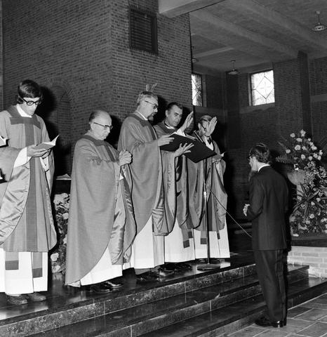 1237_006_246-1_007 - Kerk. Religie. Heilige mis.   De moderne wijding van Pater J. Wijnen door bisschop Bluyssen in juni 1973.