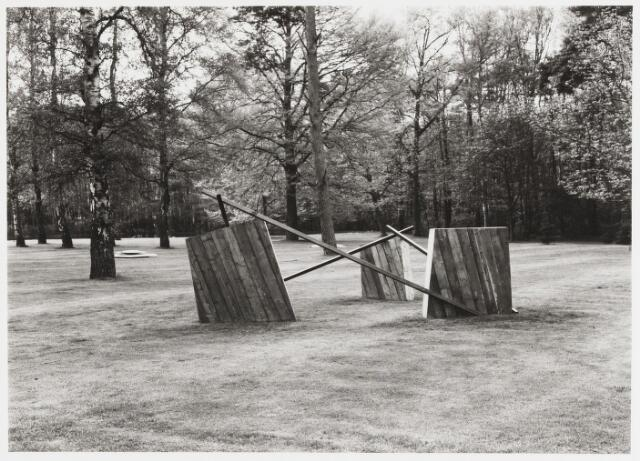 068184 - Houten object van Carola POPMA (Breda 1954). Lokatie: Katholieke Hogeschool, later Universiteit van Tilburg.  Kunst, openbare ruimte.
