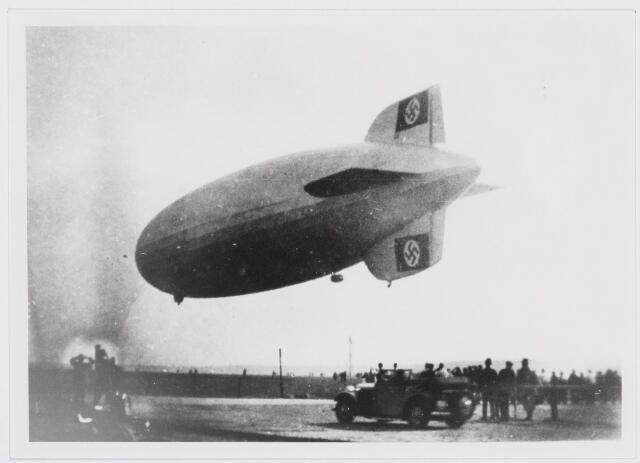 041555 - WO2 ; WOII ; Tweede Wereldoorlog. Luchtvaart. Landing Duits luchtschip op het vliegveld van Gilze en Rijen.