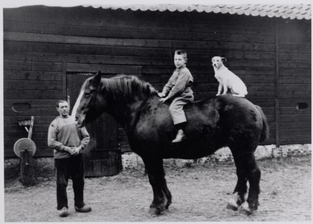 045592 - Drikske Deliën (1876 - 1970), knecht bij landbouwer Sjef de Brouwer. Op het paard diens zoon Toon de Brouwer.