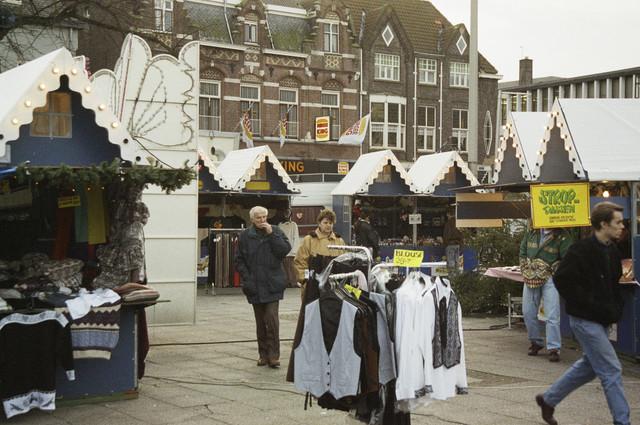 TLB023000637_003 - Kerstmarkt op de Heuvel met bezoekers.