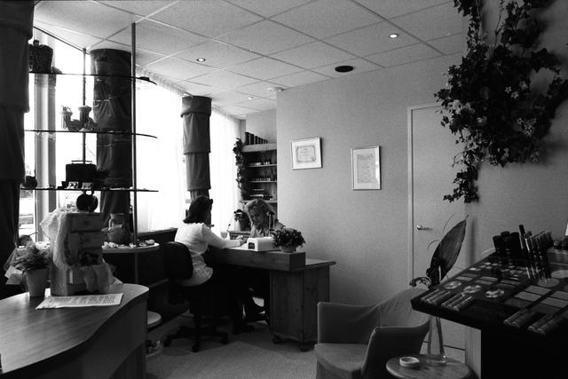 1237_010_757_016 - Ondernemers. Verzorging. Het interieur van Beautysalon Galani aan de Willem de Rijstraat in 1997. De eigenaresse verzorgt een manicure bij een dame.