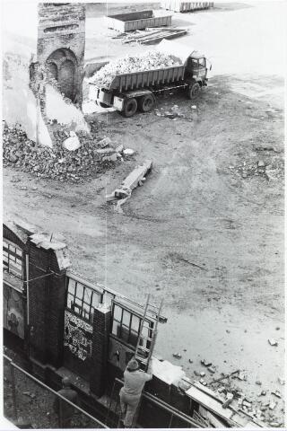 033641 - Sloop van de ondekte oude schoorsteen behorende bij Jurgens Textiel BV aan de Tuinstraat 47a-49; op 8 januari 1976 is het bedrijf verhuisd naar Berkel- Enschot aan de Gen. Eisenhouwerlaan; thans ten behoeve van de woningbouw aanhet Spinnerspark geheel afgebroken (foto gemaakt in periode 1972-1980)