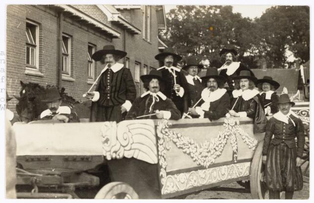 048887 - Huis van Oranje. Praalwagen met beroemde schilders uit de Gouden Eeuw voor de optocht ter gelegenheid van de kroningsfeesten bij het 25-jarig jubileum van koningin Wilhelmina in 1923 op de Kromhout kazerne te Tilburg.