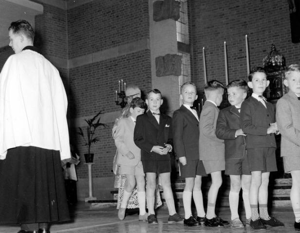 055020 - Religie. Eerste communicanten in de parochiekerk aan de Gasthuisstraat (nu Gasthuisring).