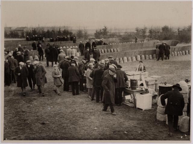 040725 - Bijenmarkt op het Gem. Sportpark te Tilburg (1931)