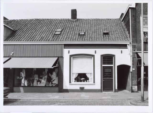 019405 - Pand Goirkestraat 55. In dit pand, gelegen tegenover het kerkhof, was ondermeer een speelgoedwinkeltje gevestigd dat werd gerund door een oud vrouwtje. Omdat ze spullen van weinig waarde verkocht, werd ze mild spottend ´Toke Rommel´ genoemd