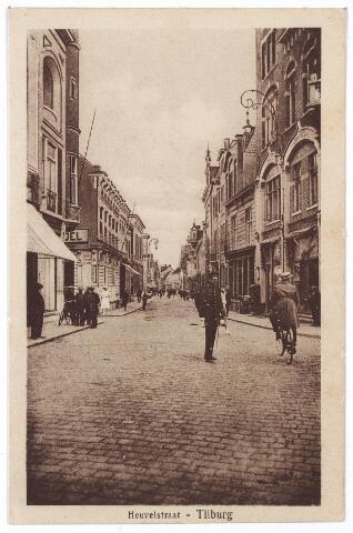 001179 - Heuvelstraat met verkeersagent. Richting Heuvel ter hoogte van de Langestraat (links)