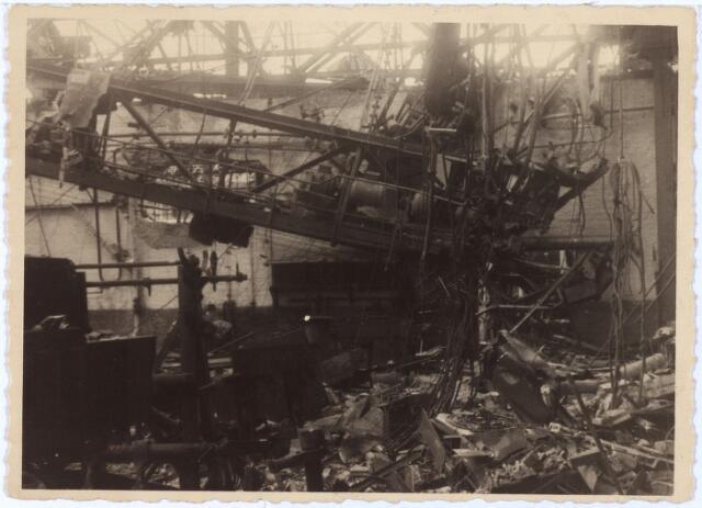 012004 - Tweede Wereldoorlog. Vernieling werkplaats NS.  Beeld van de catastrofale gevolgen van hevige Duitse bombardementen van de centrale werkplaats van de Nederlandse Spoowegen gedurende drie dagen in september 1944