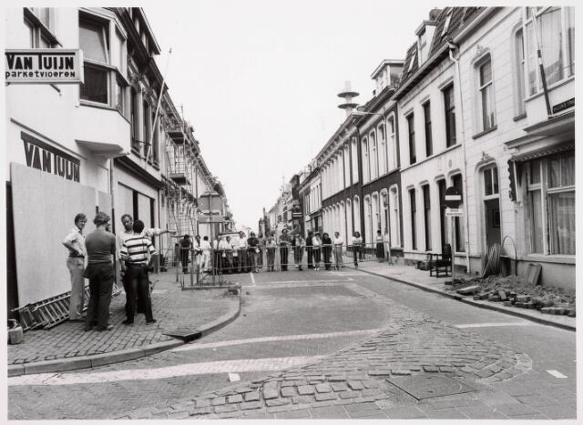 035327 - Pand Willem IIstraat 66 dat ten gevolge van aan verzakking gesloopt diende te worden, omdat men een gleuf moest graven voor de aanleg van de kabeltelevisie; in pand woonde destijds de J. van der Schoot en zijn moeder mevrouw van der Schoot- Kruijssen. Links winkel Van der Tuijn in parketvloeren.