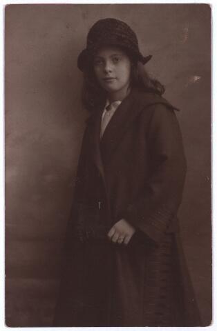 003639 - Gertruda Anna Maria Leonora (Truus) van Beurden, geboren te Tilburg op 23 mei 1910 als dochter van Henri F.A. van Beurden en van Christina G.M.J.E. Teulings. Truus was de jongste dochter uit het gezin Van Beurden-Teulings en huwde in 1935 met Fr. A.A. Priem. Zij verhuisde nog datzelfde jaar naar Venlo.