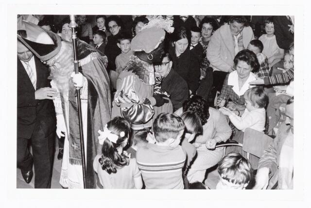 038859 - Volt. Zuid. Sport en ontspanning. Viering Sint Nicolaas voor de kinderen van het personeel in 1960. Sint, Ab Haarlem, in gesprek met Dhr. van Peer, destijds baas in de productie- of fabricage-afd. Condensatoren. Piet, Jos Spijkers, deelt snoep uit. Sinterklaas.