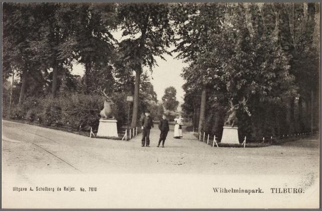 010908 - Herten markeren de ingang van het Wilhelminapark.