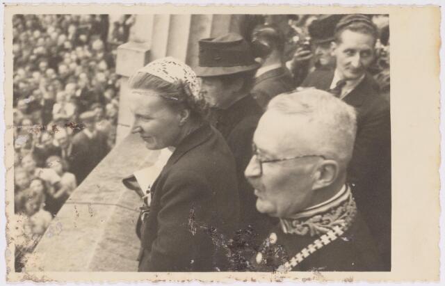 042768 - Koninklijke Bezoeken. H.K.H. prinses Juliana op het balkon van het Paleis-Raadhuis tijdens haar bezoek aan de stad de nationale feestdag, de eerste na de bevrijding. Links van haar de burgemeestersvrouw J. van de Mortel-Houben en rechts in beeld de burgemeester Van de Mortel.