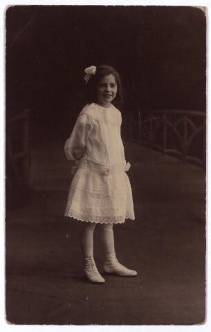 003637 - Gertruda Anna Maria Leonora (Truus) van Beurden, geboren te Tilburg op 23 mei 1910 als dochter van Henri F.A. van Beurden en van Christina G.M.J.E. Teulings. Truus was de jongste dochter uit het gezin Van Beurden-Teulings en huwde in 1935 met Fr. A.A. Priem. Zij verhuisde nog datzelfde jaar naar Venlo.
