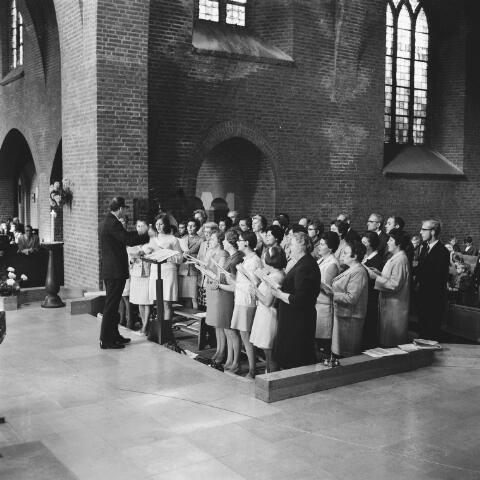 072600 - Kerkkoor van Maria Boodschapkerk in Goirle onder leiding van Jozef Baars. Tussen de zangers staat de latere koster Henk van Gils.