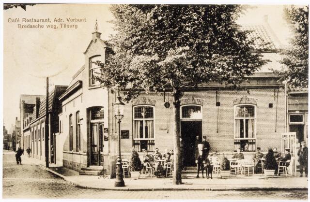 039993 - Café 'Pas Buiten' aan de Bredaseweg 28 was rond 1915 eigendom van koffiehuishouder Adrianus Verbunt, geboren te Tilburg op 14 september 1869 en aldaar overleden op 22 juni 1934. Hij was getrouwd met Cecilia M. van Gorp geboren te Tilburg op 3 december 1865 en aldaar overleden op 30 mei 1929. In april 1930 werd zoon Johannes Fr.A. Verbunt, geboren te Tilburg op 24 april 1901 de nieuwe eigenaar van 'Pas Buiten'. In 1936 verhuisde hij naar het Korvelplein 44. Een half jaar was Lambert Creemers, geboren te Maastricht op 28 mei 1891, caféhouder in 'Pas Buiten'. Zijn opvolger werd Petrus Fr. Bogaers, geboren te Tilburg op 23 februari 1897. In 'Pas Buiten' vonden verschillende clubs en verenigingen hun 'thuis'. In september 1900 verhuisde handboogschuttersgezelschap 'de Batavieren' van Villa Nova naar het café van Verbunt aan de Bredaseweg. De Tilburgse metaalbewerkersbond St. Eligius vierde in 1918 haar 25-jarig bestaan in de zaal van 'Pas Buiten'. In deze zaal vierde twee jaar eerder de Koninklijke Nederlandse Fabriek van Muziekinstrumenten, voorheen M.J.H. Kessels, het Caeciliafeest. Ook de 'Tilburgsche Vogelvriendenvereniging' exposeerde in het begin van de 20e eeuw in zaal 'Pas Buiten'. Links de Lange Schijfstraat richting Lieve Vrouweplein. Aan deze straat, achter het café de zaal van 'Pas Buiten'.