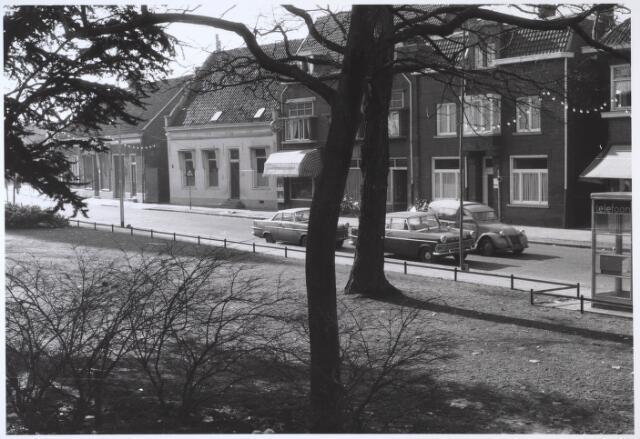 024514 - Westzijde van het Korvelplein. Het witte gebouw links werd later Kluphuis Korvel en in het pand rechts naast de boom kwam een filiaal van de ABN-bank