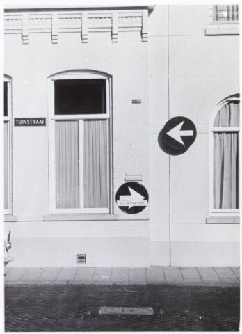 033598 - Verkeersborden op de het pand Tuinstraat 49.