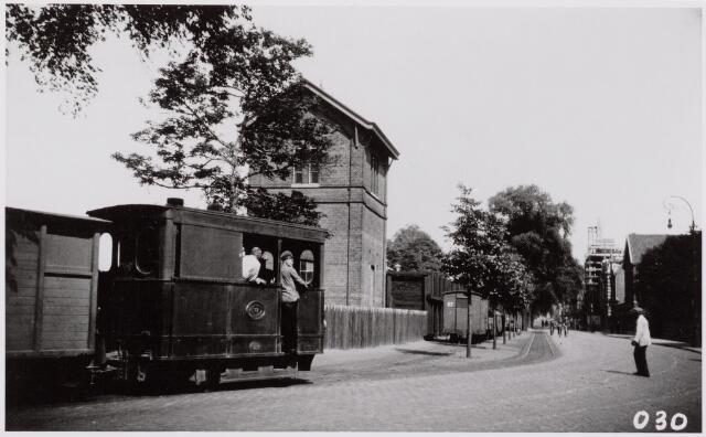 041472 - Openbaar vervoer. Hollandse Buurtspoorwegen. Foto: locomotief (Hanomag) van de H.B. die afkomstig waren van de TW. Met een sukkel-gangetje rijdt hier loc. 7, de wisselplaats van de met zon overgoten Spoorlaan te Tilburg op.