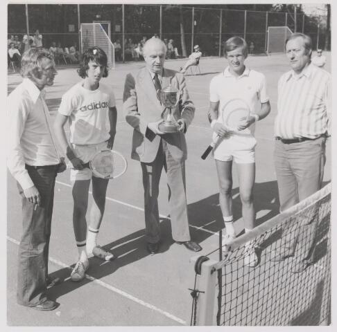 082083 - Tennis. Interstedelijk invitatie toernooi 17-26 augustus 1974. Prijsuitreiking te Rijen