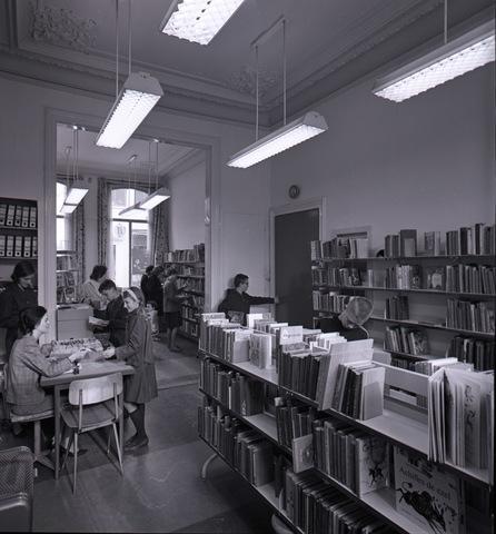 653828 - Cultuur. Interieur van de Openbare Bibliotheek.
