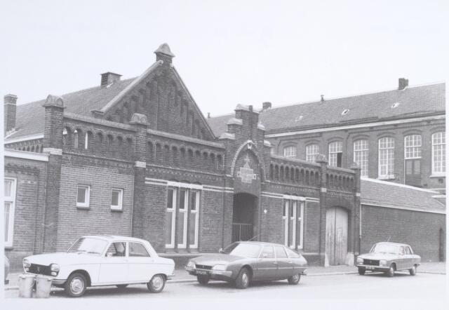 014872 - Schoolgebouw aan de Adriaan van Hilvarenbeekstraat (Besterdring) anno 1976. Het pand werd drie jaar later gesloopt