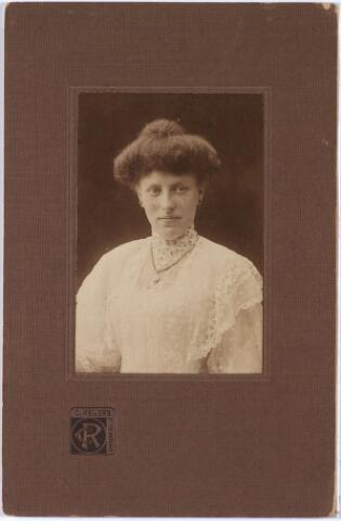 """011414 - Helena Maria Isabella Johanna (Lena) BOGAERS, geboren te Tilburg op 26 nov 1880, overleden te Etten-Leur op 15 juni 1956, begraven te Tilburg. Jongste kind van textielfabrikant Vincentius A.A. Bogaers en Isabella Ph. Th. Pollet.  In het """"Memoriaal voor het geslacht Bogaers"""" wordt zij beschreven als """"zeer eenvoudig van aard, en met een zeer altruistisch karakter dat haar deed wensen een meer omvattende taak op zich te nemen dan voor een ongehuwde vrouw in haar tijd was weggelegd"""". Zij nam een verzorgende taak op zich in het gezin van haar jongste broer Guillaume in Rijswijk en Brussel."""