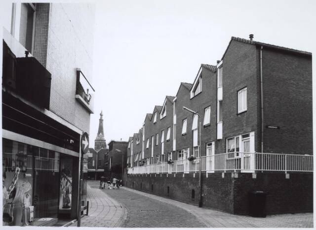 025533 - Nieuwbouw in de Langestraat op de plaats van de vroegere wijnhandel Verbunt en gezien in de richting van de Heuvelstraat. Links modewinkel Sengers
