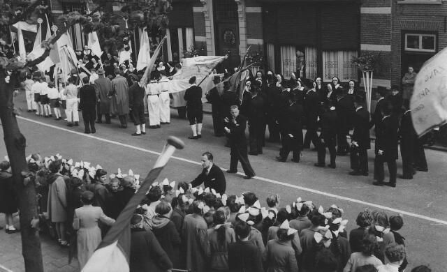 063792 - Defilé van Goirlese verenigingen en gilden voor de zusters van het Kostbaar Bloed bij de viering van het 75-jarig bestaan van hun succursaalhuis in Goirle.