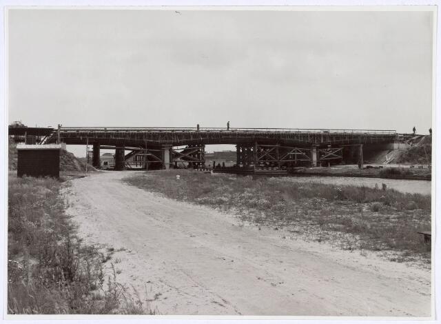 019007 - Aanleg van een brug over het Wilhelminakanaal. De brug van voorgespannen beton is 68 meter lang, 28 meter breed en heeft twee rijbanen van 8.25 meter, fietspaden van 2.35 meter en voetpaden van 1.60 meter.