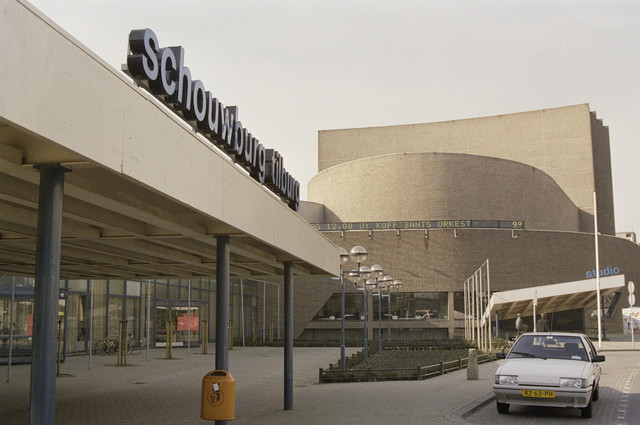 TLB023000026_004 - Cultuur. Schouwburg Tilburg ontworpen door de architecten Bernard Bijvoet en Gerard Holt en in 1961 in gebruik genomen. Op 9 april 2015 werd door de Rijksdienst voor Cultureel Erfgoed Schouwburg Tilburg aangewezen als Rijksmonument. Foto gemaakt in kader van Kunstonderwijs.