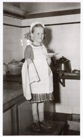"""039336 - Volt. Zuid. Hulp-afdelingen, Sociale Zaken, zorg. Ontspanning. Vertel middag voor de kinderen van het personeel op zaterdag 24 februari 1951 door  Mw. Pim Siegers. Marie-Louise van Loon in een creatie als """"keuken-prinsesje""""."""