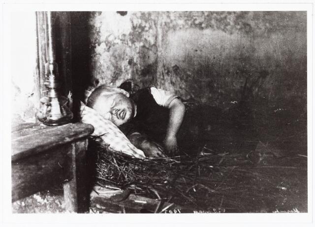 008513 - Slapende jongen in biezen bedje, gefotografeerd door Henri Berssenbrugge (1873-1959) in 1903.
