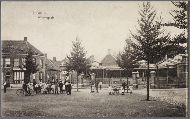 010408 - Willemsplein met vismarkt. Rechts van deze markt het pand Willemsplein nr. 4, café Marktzicht. Tussen de vismarkt en dit pand de Koningstraat. Voor deze straat een reclamezuil met de aankondiging van de komst van een circus.