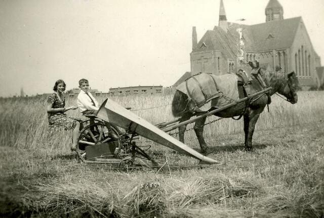 082724 - Jet Schraven(1913-1984) links en rechts:Johan Schraven kinderen van het echtpaar Schraven-Eijsbouts voor de kerk van de Broekhovense weg (kerk van de heilige familie). De kerk lag vlak bij de molen en het woonhuis van de familie Schraven-Eijsbouts.