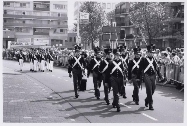 101785 - Defilé voor het gemeentehuis ter gelegenheid van het afscheid van de WillemII kazerne
