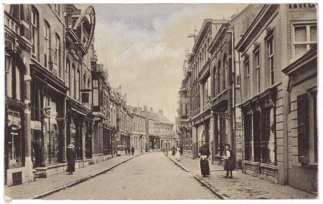 001095 - Heuvelstraat tussen Heuvel en Willem II-straat richting Heuvel. Tweede huis links de drogisterij van Van Eijsden met naast de deur een gaper.
