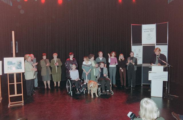 1237_001_039_011 - Vrijwilligers. De genomineerden (inclusief hulphond) tijdens de uitreiking van de stimuleringsprijzen vrijwilligerswerk door Stichting Contour in december 2000.