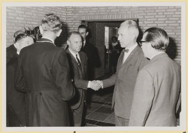 072978 - Opening gemeentehuis door de Commissaris van de Koningin, Kortmann. Bijzondere raadsvergadering., na afloop. Informele contacten.  A.de Rouw.