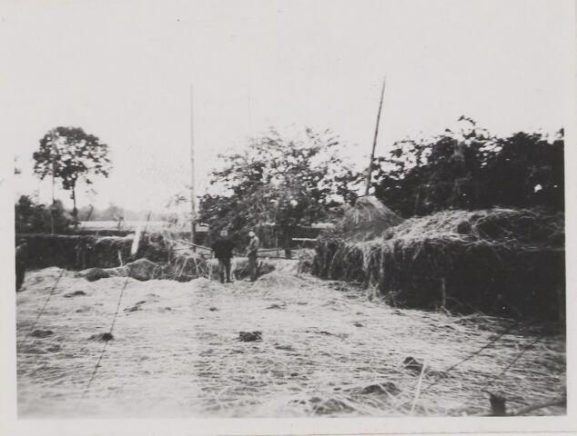 082210 - WOII; WO2; Bombardementsschade bij de fam. van den Hout. bij de inslagen van de bommen verdwenen twee paarden in het gat.