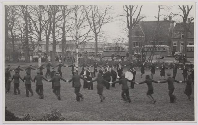 041518 - Openbaar vervoer. transportbedrijven, busondernemingen, taxi-vervoer. Bij de opening op 31 maart 1947 van de nieuwe stadsdienst door de B.B.A. (Brabantse Buurtspoorwegen en Autobusdienst) werd een parade van bussen en personeel op de Heuvel gehouden. Rondedans van het B.b.A.-personeel op de Bremhorst.